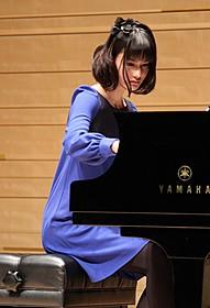 ピアノを演奏する橋本愛「さよならドビュッシー」