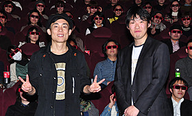 初日挨拶に立ったGOMAと松江哲明監督「フラッシュバック」