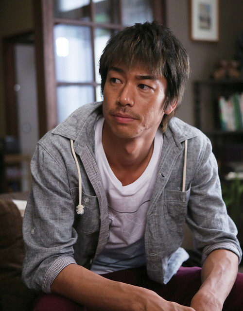 AKIRA、佐藤浩市主演「草原の椅子」キーパーソン役で出演