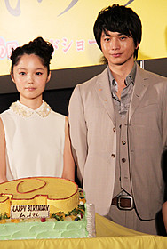 サプライズケーキで喜びをかみしめる 向井理(右)と宮崎あおい「きいろいゾウ」