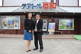 昭和の香りを残す劇場でトークイベントを 行った高橋伴明監督と高橋惠子「カミハテ商店」