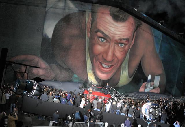 「ダイ・ハード」巨大壁画、米20世紀フォックス撮影所でお披露目