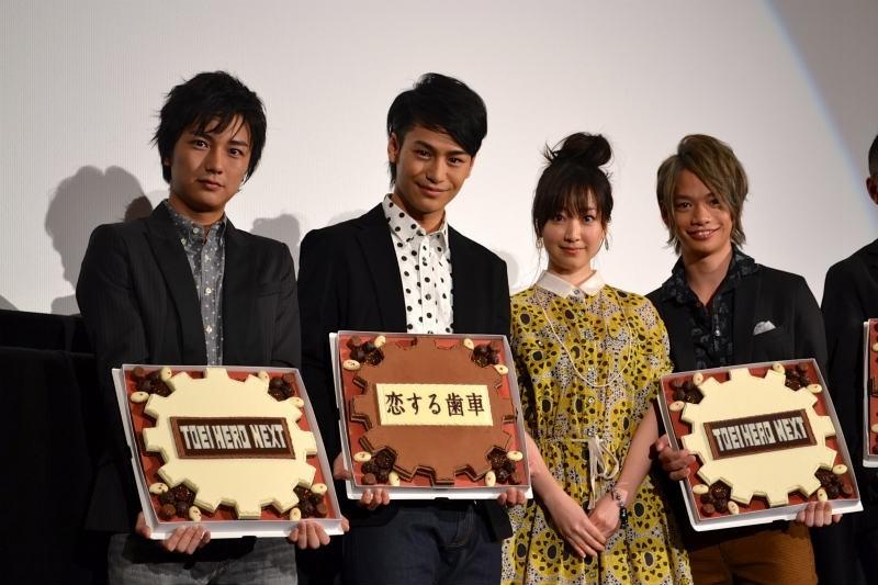 黒川智花、俳優陣に巨大チョコ 小澤亮太らは喜色満面