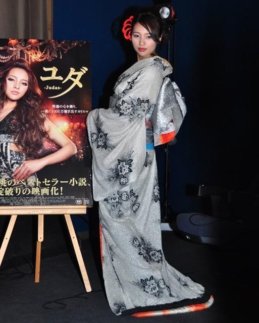水崎綾女が花魁風の着物姿で観客を見送り!