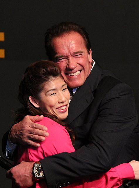 10年ぶり来日のシュワちゃん、吉田沙保里を熱烈ハグ!ハリウッド進出も提案