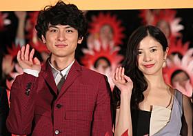 満開の笑みを浮かべる高良健吾と吉高由里子「横道世之介」