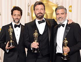「アルゴ」で作品賞を手にしたベン・アフレック(中央)「アルゴ」