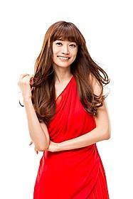 真紅のドレスで「SMASH」を応援するヨンア
