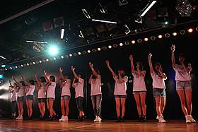 AKB48劇場の特別公演で「掌が語ること」を歌うメンバーたち