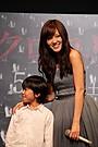 前田敦子、子役のサプライズ登壇に飛び上がって仰天