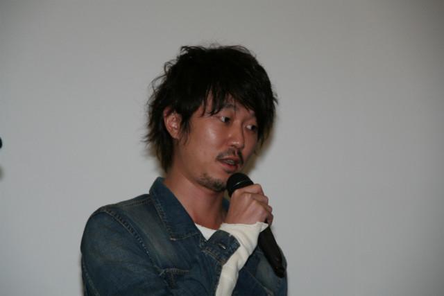 二階堂ふみと熱愛報道の新井浩文、報道陣の呼びかけに無言でニヤリ