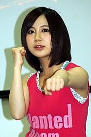 ファイティングポーズをとる小野恵令奈