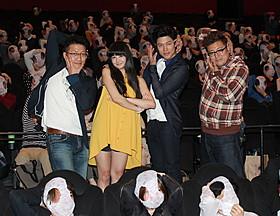 特製パンティをかぶった観客と記念撮影「HK 変態仮面」