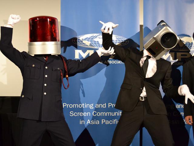 「映画泥棒」でおなじみカメラ男がパトランプ男によって逮捕!