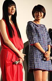 「図書館戦争」初日挨拶に立った 榮倉奈々(右)と栗山千明「図書館戦争」