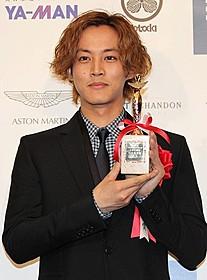 授賞式に滑り込みで間に合った松坂桃李「今日、恋をはじめます」