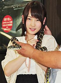 ヘビと記念撮影した川栄李奈「シー・トレマーズ」