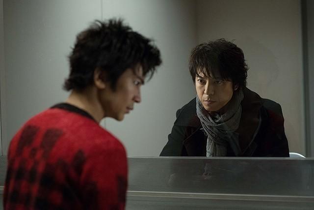 上川演じる二流小説家(右)が、武田扮する死刑囚(左) と出会ったことから再び惨劇が起こる