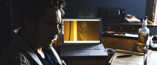 """パソコンのモニターからこちらを見つめる""""ミスター・ブギー"""""""