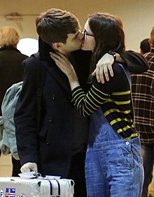 フランスの空港で夫とキスを交わすナイトレイ
