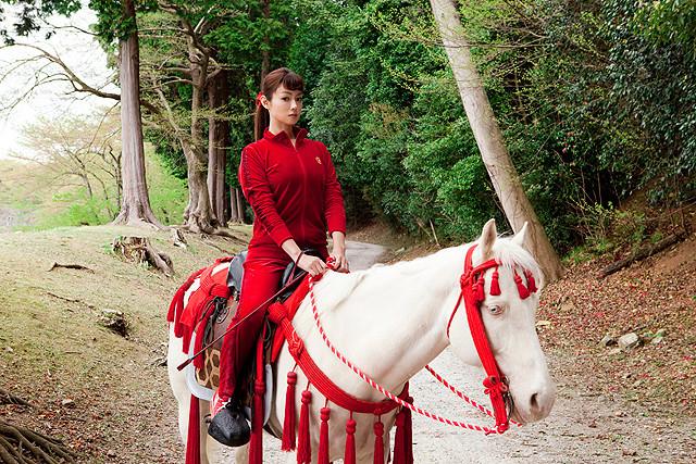 深田恭子、赤ジャージで白馬に 「偉大なる、しゅららぼん」グレート清子役