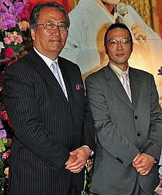 上原徹監督(左)と加藤和也氏「川の流れのように」