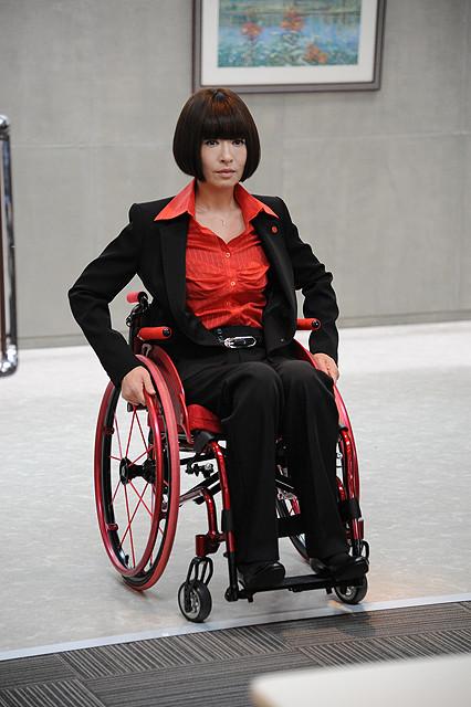 松雪泰子、劇場版「ATARU」で義足&車椅子の管理官 中居正広演じるアタルと対立