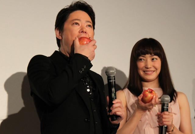"""阿部サダヲ""""奇跡のリンゴ""""初体験に「うんめえ~!」 妻・菅野美穂ニッコリ"""