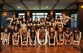 """""""謝罪""""のポーズをとるE-girls のメンバーと水田伸生監督「謝罪の王様」"""