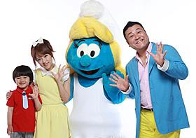 「スマーフ2」の日本語吹き替え版で声優を務める (左から)五十嵐陽向くん、高橋みなみ、山崎弘也「スマーフ」