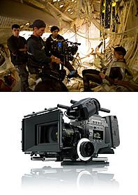 シャマラン監督の撮影風景(上)と デジタルカメラ「CineAlta F65」(下)「アフター・アース」
