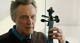 ウォーケン演じるチェロ奏者は パーキンソン病の宣告を受けて引退を決意する「25年目の弦楽四重奏」