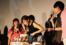特大ケーキと極小ケーキを見入る前田敦子「ピカチュウとイーブイ☆フレンズ」