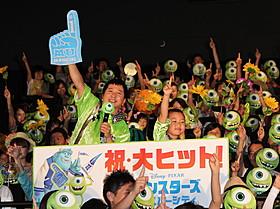 舞台挨拶に立った「爆笑問題」の 田中裕二と子役の佐藤和太くん「モンスターズ・ユニバーシティ」