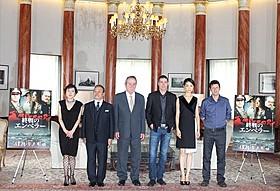 マッカーサーの会見が行われた米大使館を訪問した トミー・リー・ジョーンズら「終戦のエンペラー」キャスト陣「終戦のエンペラー」