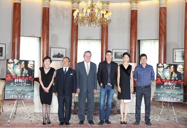 マッカーサー元帥を演じるトミー・リー・ジョーンズ、在日アメリカ大使館を訪問