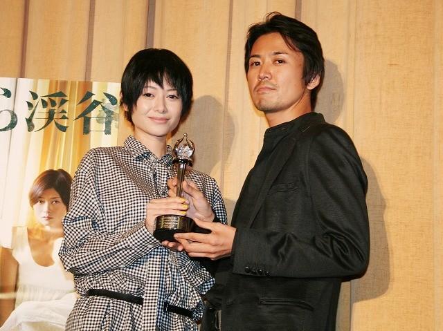 真木よう子&大西信満、モスクワ映画祭トロフィーを観客にお披露目