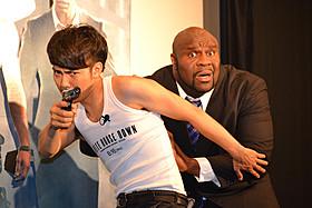 身体を張って大統領役のサップ(右)を守るピース綾部(左)「ホワイトハウス・ダウン」