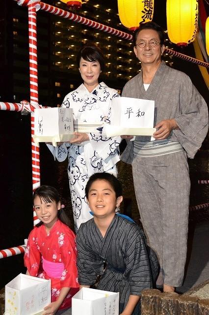 水谷豊&伊藤蘭ら「少年H」一家、平和への願い込め灯ろう流し