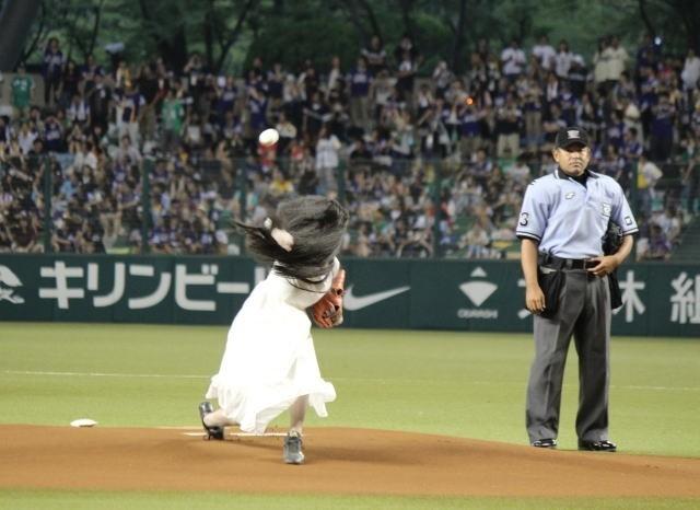 """貞子、103キロの剛速球!脱""""のろい""""始球式に、西武ドームは大喝さい"""