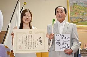 松岡茉優(左)と上田清司埼玉県知事