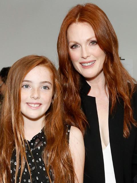 ジュリアン・ムーアと超美人の愛娘、ファッションショーに出席
