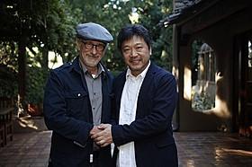 握手を交わす是枝裕和監督&スティーブン・スピルバーグ監督「そして父になる」