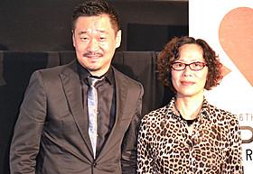 会見に出席したニン・イン監督と主演のワン・ジンチュン「オルドス警察日記」
