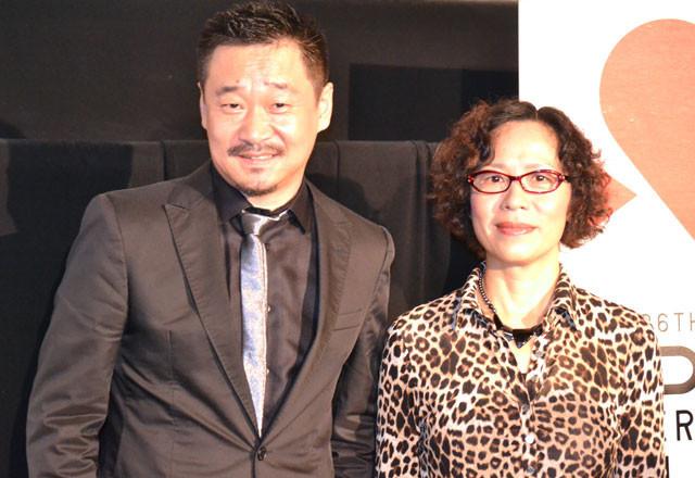 会見に出席したニン・イン監督と主演のワン・ジンチュン