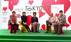 (左から)レギュラーの中井圭氏、板谷由夏、斎藤工と、 ゲストのベーナム・ベーザディ監督、松江哲明監督「ルールを曲げろ」