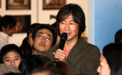 種田陽平氏、個展トークショーで「映画美術は建築だ」論をかく語りき