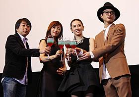 初日挨拶に登壇した北川景子、深田恭子、 高良健吾、古澤健監督が乾杯!「ルームメイト」