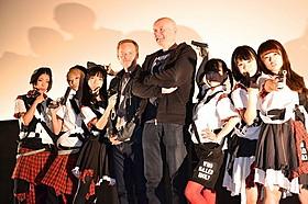 アイドルグループ「BiS」に囲まれた アービン・ウェルシュ氏(中央右)とジョン・S・ベアード監督「フィルス」
