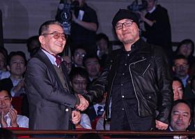 固い握手を交わしたモンキー・パンチ氏と青山剛昌氏「ルパン三世」